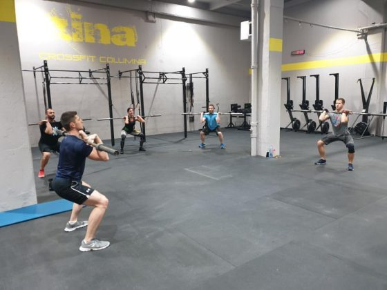 Antrenament de CrossFit cu miscari din haltere - pus la piept - la Uzina CrossFit Columna