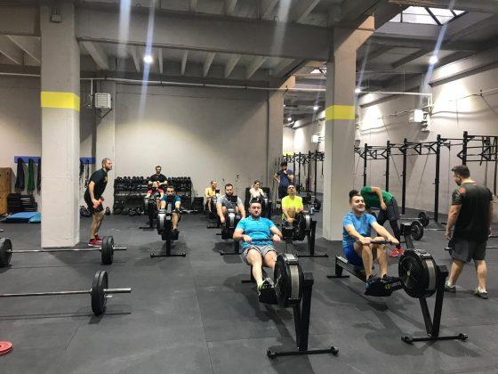 Antrenament de CrossFit cu rowing - miscare ce imita vaslitul - la Uzina CrossFit Columna