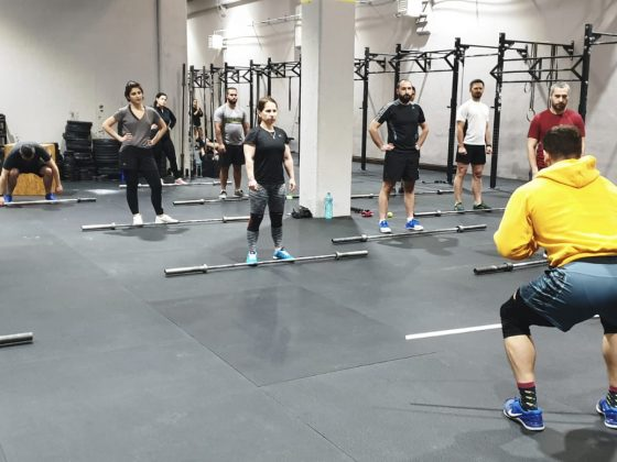 Antrenorul explica fiecare miscare la atrenamentele de CrossFit de la Uzina CrossFit Columna
