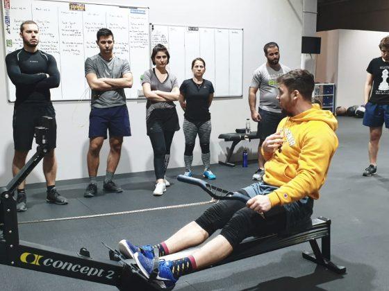 Antrenorul explicand miscarea pe rower la un antrenament CrossFit la Uzina CrossFit Columna