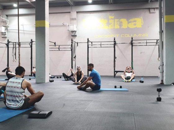 Antrenorul explicand miscari de stretching la sfarsitul unui antrenament de CrossFit la Uzina CrossFit Columna