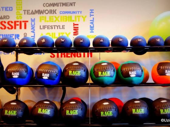 Echipament Crossfit: mingi medicinale si slam balls - numai bune de izbit!